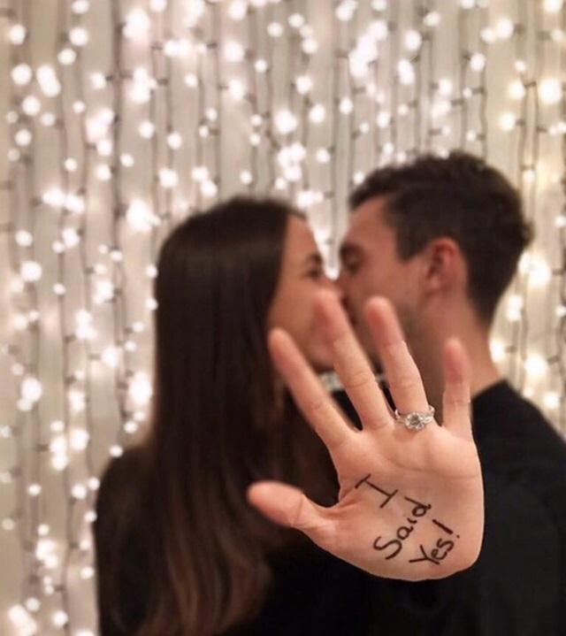 EPL 맨체스터 유나이티드 수비수 다르미안이 이탈리아 출신 여자 친구 프란세스카 코르마니와 약혼했다. /프란세스카 인스타그램