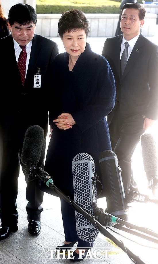 박근혜 전 대통령이 21일 오전 서초동 서울중앙지검에 피의자 신분으로 소환되고 있다./사진공동취재단