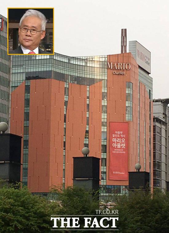 홍성열(작은 사진) 마리오아울렛 회장은 자주성가한 패션 1세대로 지난 2001년 서울 금천구 가산동에 쇼핑몰 '마리오아울렛'을 세웠다. /더팩트 DB, OBS 방송화면 캡처