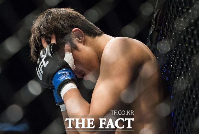 김동현 패배! 김동현이 UFC 파이트 나이트 111에서 콜비 콜빙턴에게 졌다. 2014년 8월 마카오에서 펼쳐진 UFC 파이트 나이트에서 타이론 우들리에게 패한 뒤 아쉬워 하는 김동현. /게티이미지