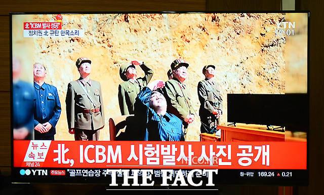 북한이 지난 4일 오후 대륙간 탄도미사일(ICBM) 화성 14형 시험 발사 성공을 발표한 가운데, 서울 금천구 가산동의 한 사무실에서 직원들이 관련 뉴스를 지켜보고 있다. /이새롬 기자