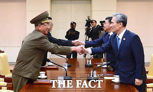 2015년 8월 22일 오후 남북 고위급 접촉이 전격적으로 이뤄진 가운데 김관진 국가안보실장(오른쪽)과 황병서 북한 군총정치국장(왼쪽)이 악수를 하고 있다. /통일부 제공