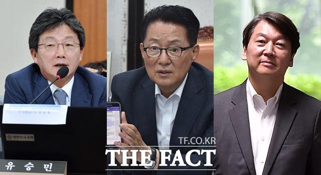박지원 국민의당 전 대표(가운데)가 지난 8일 방송된 채널A '외부자들'에서 대선 당시 유승민 바른정당 후보(왼쪽)와 안철수 후보의 단일화 비화를 공개해 진실공방이 벌어지고 있다. /더팩트 DB